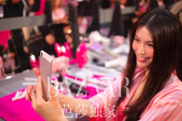 超模何穗再度亮相维密 vivo X20引领手机圈时尚潮流